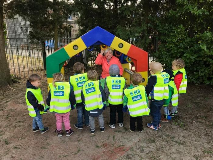 Opschoondag door peuters van kinderdagverblijf Poespas