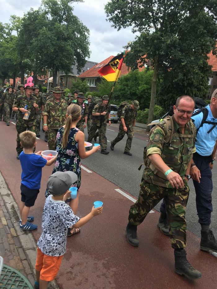 Zingende militairen vermaken bewoners Heijendaalseweg